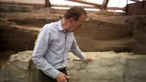 آثار قدیمہ کے ماہرین کے مطابق کمرے کی اس دیوار پر تقریبا چار سو دفعہ سفیدی کی گئی