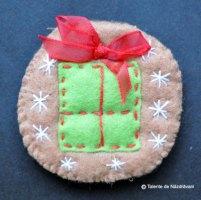 Biscuit din fetru, decorat pentru Craciun