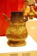 Vas de bronz decorat cu chipuri de animale. Vas pentru vin cu destinatie rituala. Manerele sunt in forma de elefant, devenit motivul decorativ al dinastiei Shang. Este datat in perioada tarzie a dinastiei Zhu (IX-771 i.Ch.)