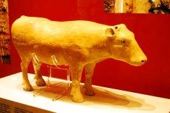 Vaca din ceramica pictata Dinastia Han - 206 i.Ch. - 220 d.Ch. Obiect funerar din argila cenusie. Coada si coarnele au fost din lemn.