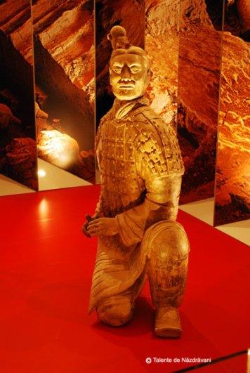Statuie de teracota reprezentand un soltat ingenunchiat. Dinastia Qin 221-206 i.Ch. Arcas in pozitie de tragere standard.