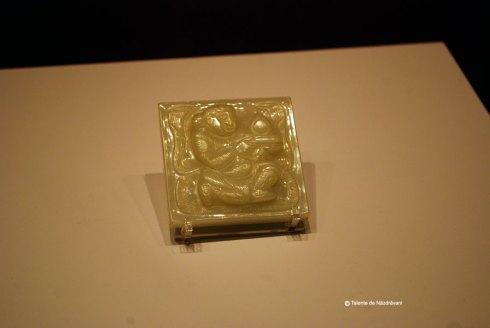 Pandantiv de jad alb infatisand un strain. Obiect decorativ purtat la talie in timpul ritualurilor doar de imparati, oficiali de rang inalt sau generali. Dinastia Tang, 618-907