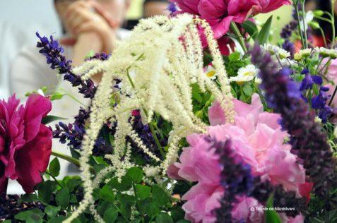 Aranjamentele florale din fabrica, cu bujori si flori de camp. Minunate!