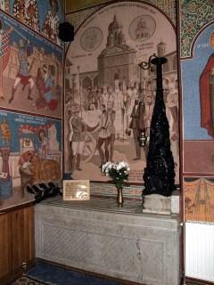 Sarcofagul lui Mihai Viteazul, sculptat de Carol Storck, şi scena reîntoarcerii craniului de la Iaşi, în prezenţa regelui Ferdinad şi a lui Nicolae Iorga, pictată deasupra. sursa: http://ro.wikipedia.org/wiki/Manastirea_Dealu