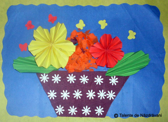 Flori de toamnă. Colaj cu hârtie tocată și flori din evantaie