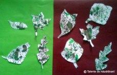 Covor de frunze pictate prin stropire și decupate