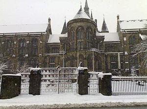 300px-Glasgow_university_with_sno