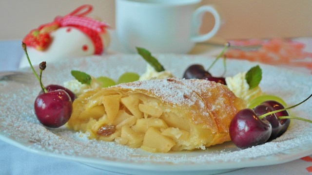 Apple Strudel - What to eat in Vienna - must eat in Vienna