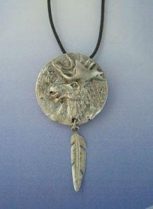 colgante alce con pluma amuleto de plata