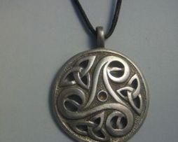 colgante triskel triquetas medalla de plata oxidada y brillante con cordón de piel