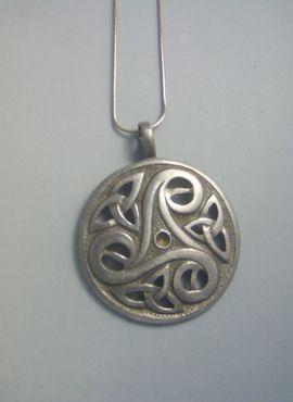 colgante triskel con triquetas en medallón de plata oxidada y brillante con cordón de cuero