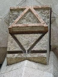 alfa y omega gravado en templo sagrada familia de Gaudí