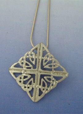 nudo celta Fionn colgante en plata de ley con cordón de plata