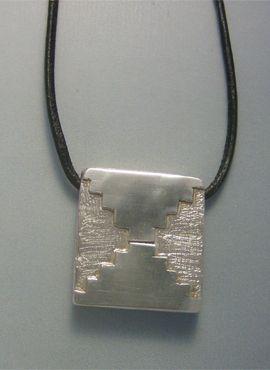 colgante kin maya sello espejo etznab de plata con cordón de cuero