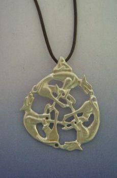 colgante del nudo celta lobos con triqueta en su cabecera, con cordón de cuero