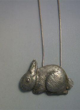 conejo de plata amuleto colgante con cadena incluída
