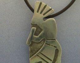 colgante kokopelli de plata con cordón de piel