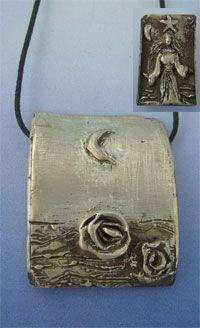 colgante Yemanjá de plata con lunas rosas y la diosa