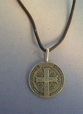medalla de San Benito de plata de ley