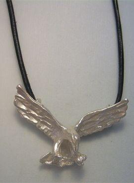 colgante águila de plata amuleto con cordón de piel