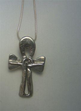 cruz de ankh de plata o anj egipcia donde dos enamorados se unen símbolo del amor de pareja