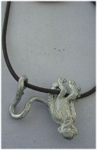 colgante mono de plata colgado en cordón de piel