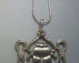 colgante nudo de Isis Jepri escarabajo de plata