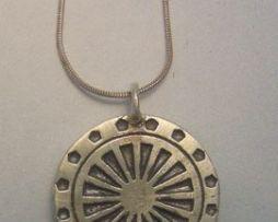 colgante rueda del dharma amuleto budista dharmachakra de plata