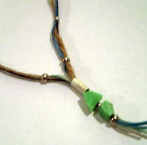 Collar crisoprasa mágica, con plata, cuero azul y esparto.