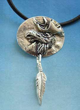 colgante alce amuleto de plata con pluma