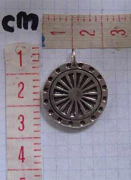 rueda del dharma colgante de plata dimensiones