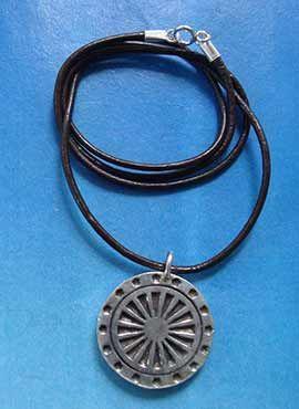 collar rueda del dharma colgante de plata