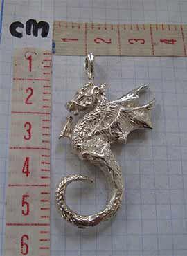 dragón colgante de plata dimensiones