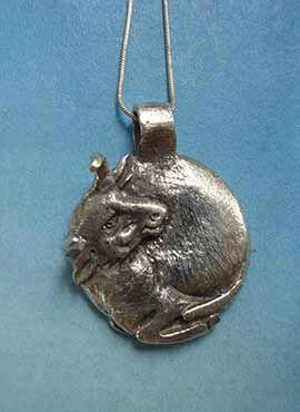 toro luna colgante de plata