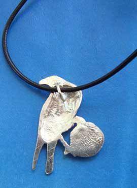 colgante celta cuervo con pentagrama tras