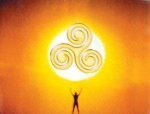 ritual celta de salud con un trisquel ritualizado con el sol