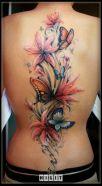tattoo borboleta e flores costas