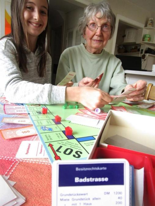 Audrey and Grandma with die Deutsche Monopoly set
