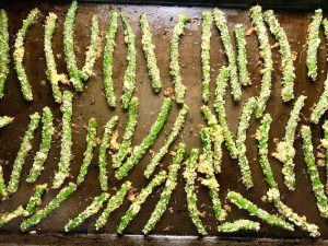 Crispy Parmesan Green Bean Fries cooked on sheetpan!  Such a great way to transform beans and add a new vegetable into dinner rotation. #vegetablerecipes