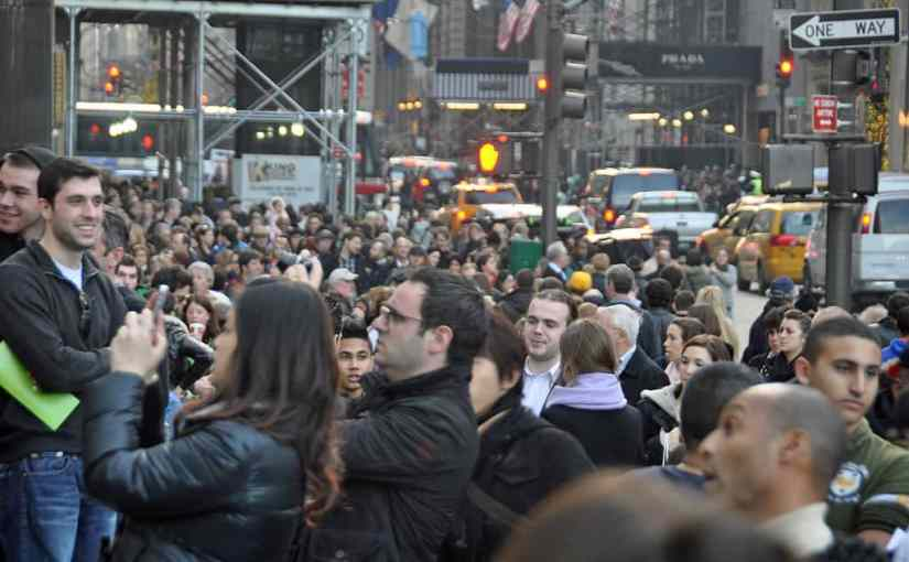 Black_Friday_at_the_Apple_Store_on_Fifth_Avenue,_New_York_City,_2011.jpg