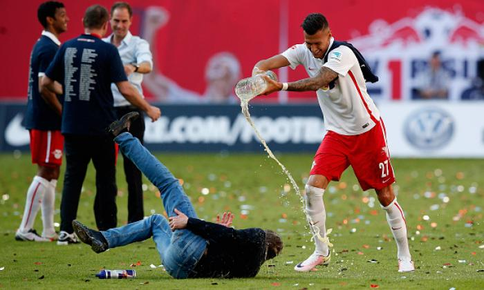 Leipzig coach injures himself in promotion celebration and has beer poured on him