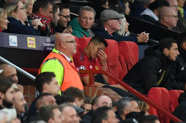 Manchester United fans 'cheer' as Alexis Sanchez is taken off ...