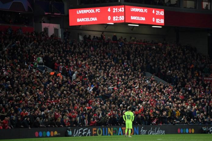 Lionel Messi blickt ungläubig auf die Anzeigetafel von Anfield