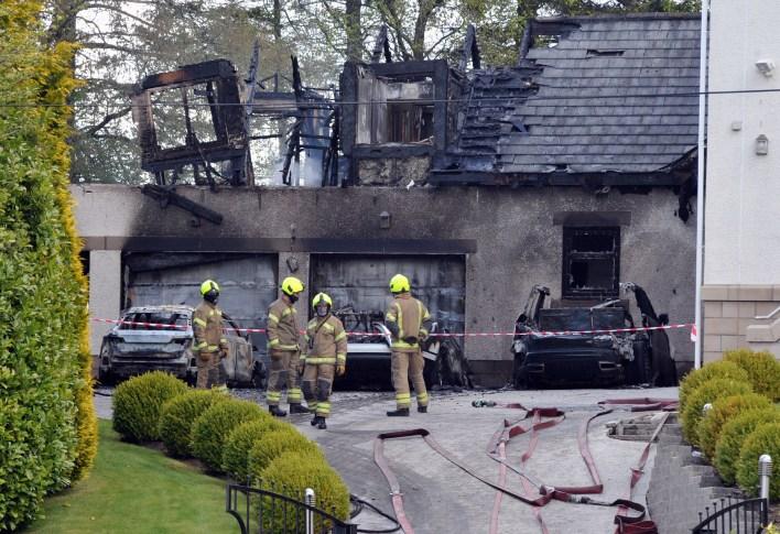 Güney Lanarkshire'daki 2 milyon sterlinlik mülkünün önünde üç araba ateşe verildi ve alevler 61 yaşındaki kızının ve torununun uyuduğu bir ek binaya yayıldı.