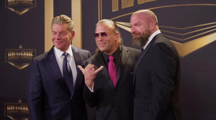 McMahon [left] ve Üçlü H [right] WWE Onur Listesi'ne girdikten sonra Van Dam'ı kuşattı