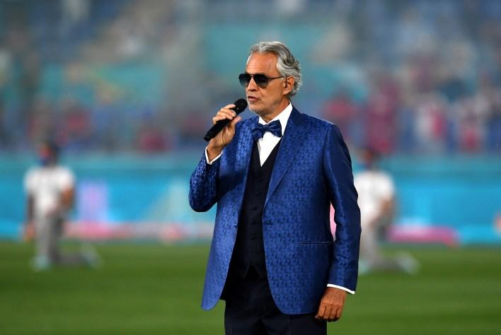 İtalyan opera tenoru Andrea Bocelli açılış töreninde unutulmaz bir performans sergiledi.