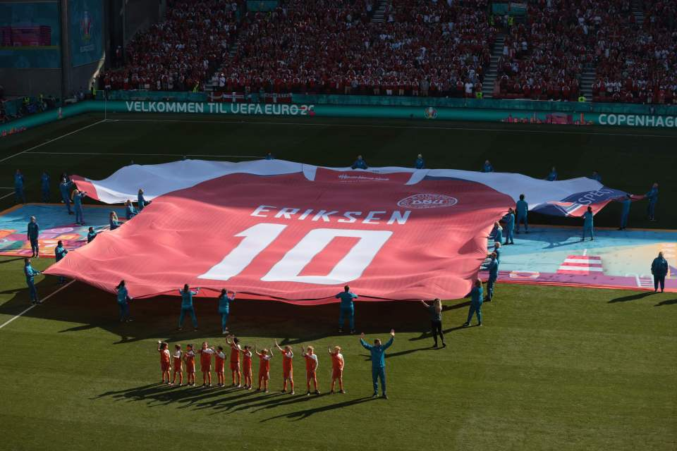 A giant No.10 jersey was unveiled on the pitch ahead of kick-off