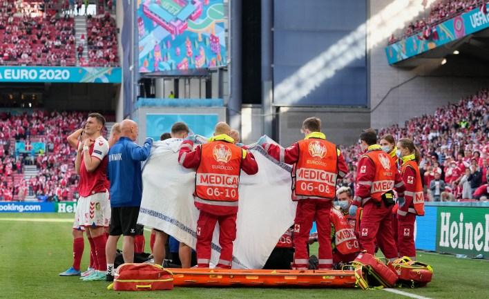 Olay, dünyanın dört bir yanındaki futbol taraftarlarını sıkıntıya soktu, ancak sahada CPR verildikten sonra şükürler olsun ki hayatta kaldı.