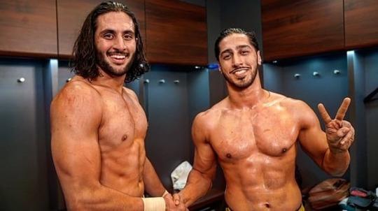 Mustafa Ali [right] Mansur'a büyük yardımı oldu [left] WWE'ye katıldığından beri