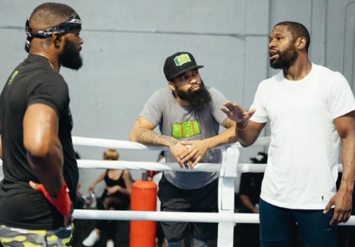 Woodley gets the best help he could hope for from Floyd Mayweather